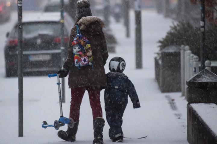 Frost und Schnee können die Straßen und Gehwege rutschig machen. (Archivbild)