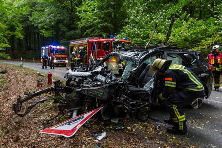 Nur mit Hilfe der Feuerwehr konnte die Autofahrerin aus dem SUV befreit werden.