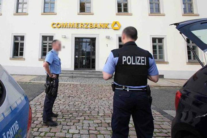 Drei Polizisten müsDas Opfer hatte am 24. Juli 2015 in der Commerzbank-Filiale am Dr.-Friedrichs-Ring randaliert.