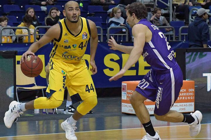 ALBA-Spieler Stefan Peno beim Dribbling.