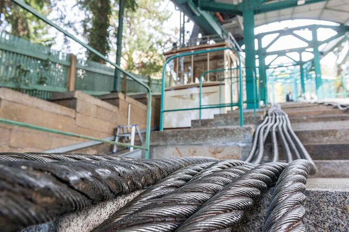 Derzeit wird das 390 Meter lange Zugseil gewechselt. Das alte wird nun in kleine Stücke zersägt und kommt auf den Schrott.