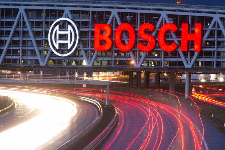 Über der Autobahn hängt eine Leuchtreklame von Bosch.