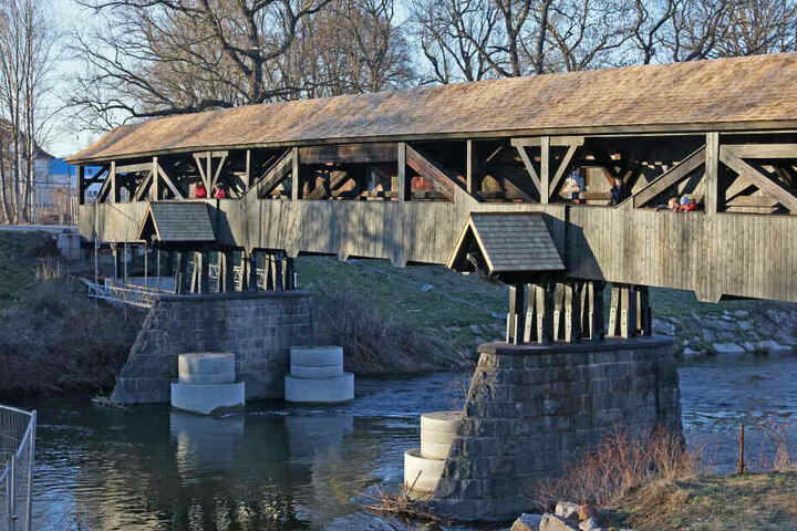Erhaltenswerte Tradition: Der Röhrensteg ist die älteste Holzbrücke Sachsens (1535 errichtet). Sanierungskosten und -zeit explodierten allerdings.