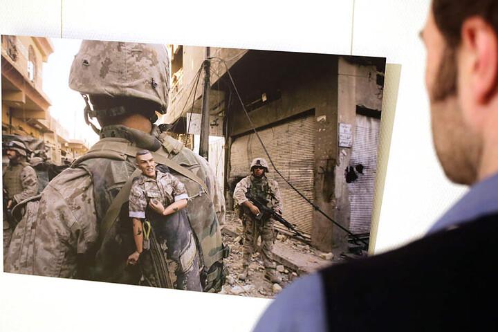 Ein Besucher schaut auf eine berühmte Aufnahme der Fotografin aus Afghanistan.