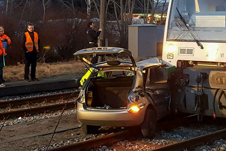 Das Auto wurde vom Zug etwa 30 Meter mitgeschleift.