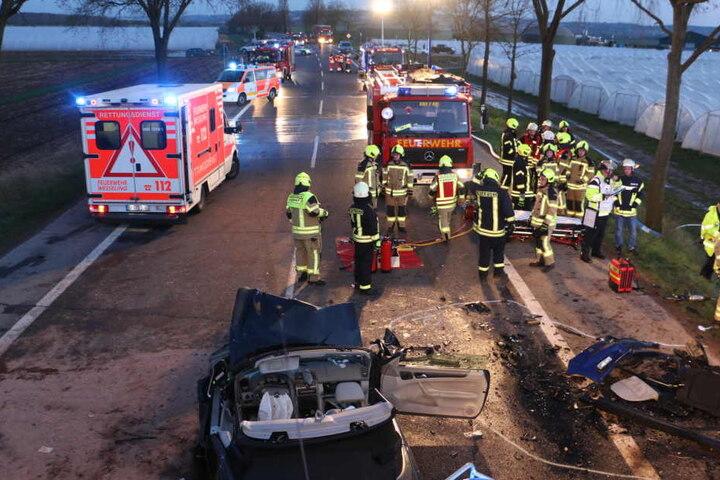 Die Feuerwehr war mit einem Großaufgebot im Einsatz, rettete die Unfallopfer.