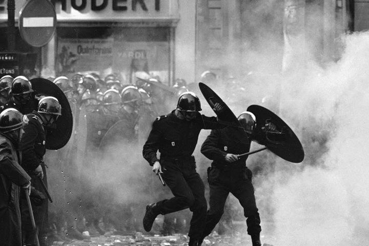 Paris, 6. Mai 1968: Polizisten sind bei einer Demonstration von Studenten im Einsatz. In Frankreich werden gesellschaftliche Konflikte stärker auf der Straße ausgetragen als in Deutschland. Streiks und Demonstrationen sind politischer Alltag. Die Pariser