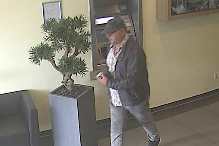 Auch beim Verlassen der Bank konnten weitere Bilder vom mutmaßlichen Täter gemacht werden.