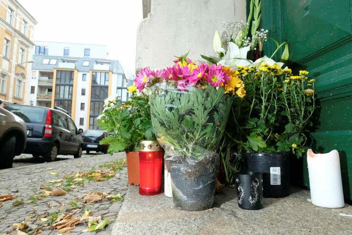 Angehörige und Anwohner legten vor dem Wohnhaus des 34-Jährigen Blumen nieder und zündeten Kerzen an. Hier wurde Stefan M. blutüberströmt gefunden.