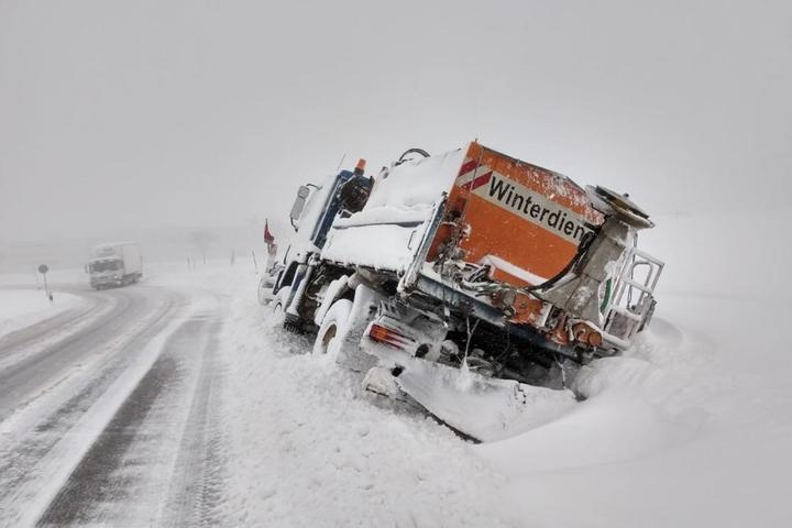 Winterdienstfahrzeug im Straßengraben.