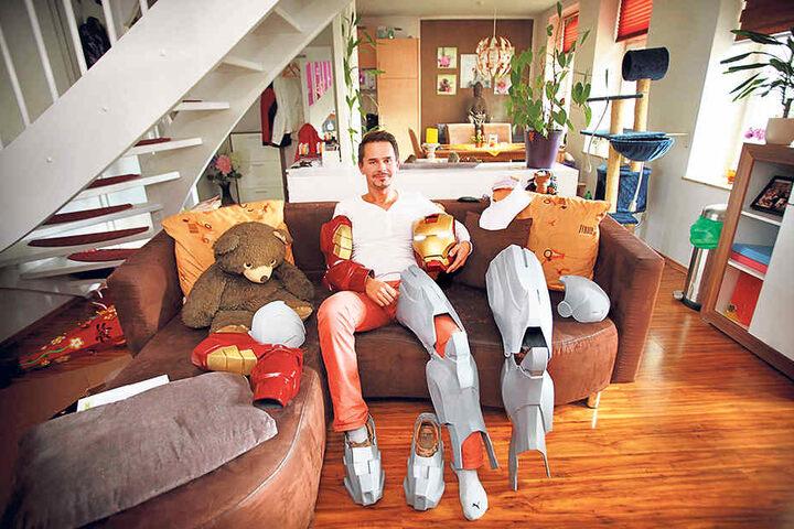 """Verschnaufpause auf dem Sofa. """"Iron Rocco"""" ruht sich von der aufwendigen Kostümarbeit aus. 1000 Arbeitsstunden pro Jahr schlauchen. Aber der Anzug wächst."""