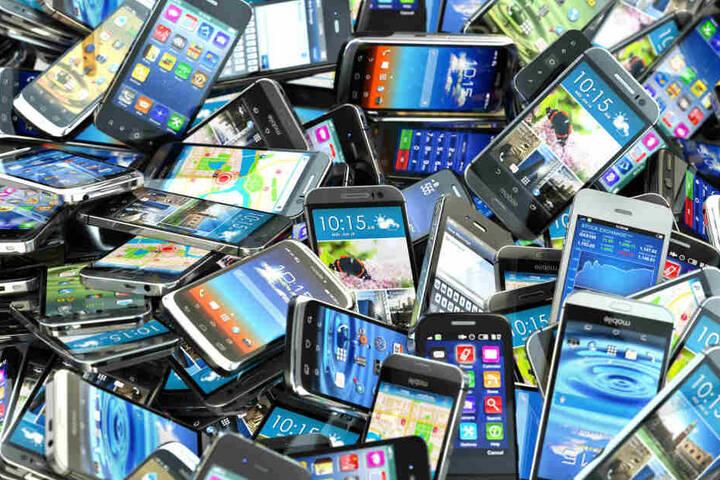 Mehr als 326 Mobiltelefone wurden in den sächsischen Gefängnissen sichergestellt. (Symbolbild)