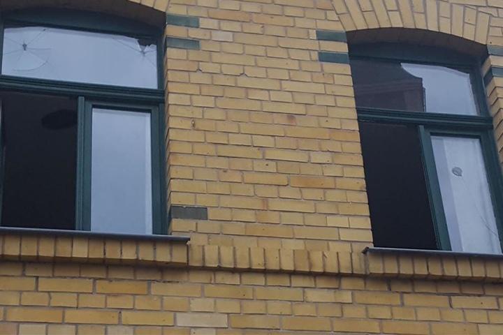 Als der 32-jährige Freier bemerkte, dass er geprellt wurde, warf er mehrere Fensterscheiben des Hauses in der Plautstraße mit Steinen ein.