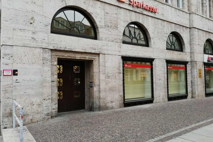 Zu dieser Sparkassen-Filiale auf der Karl-Liebknecht-Straße wollte der Fußballer die Einnahmen seines Geschäfts bringen.