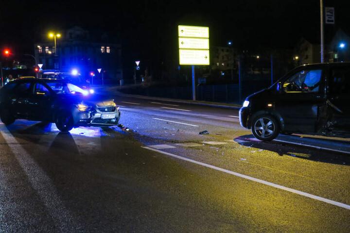 Der Fahrer des Mazda war in Richtung Autobahn A72  unterwegs, als er mit dem VW-Bus zusammenkrachte.