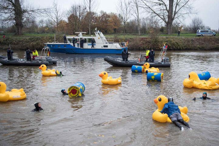 Die Aktivisten demonstrierten, indem sie sich mit Gummienten ausgerüstet in den Neckar hinabließen.