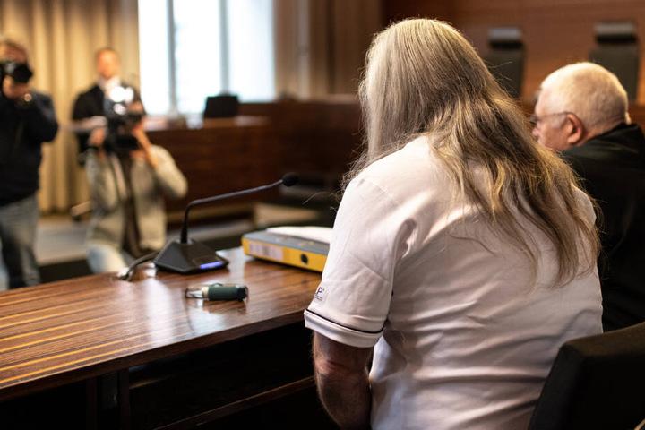 Der Angeklagte (links im Bild) sitzt vor Prozessbeginn im Gerichtssaal im Landgericht neben seinem Verteidiger.