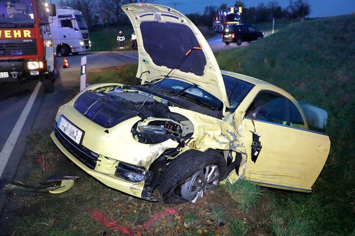 Der VW Beetle wurde bei dem Unfall stark demoliert.