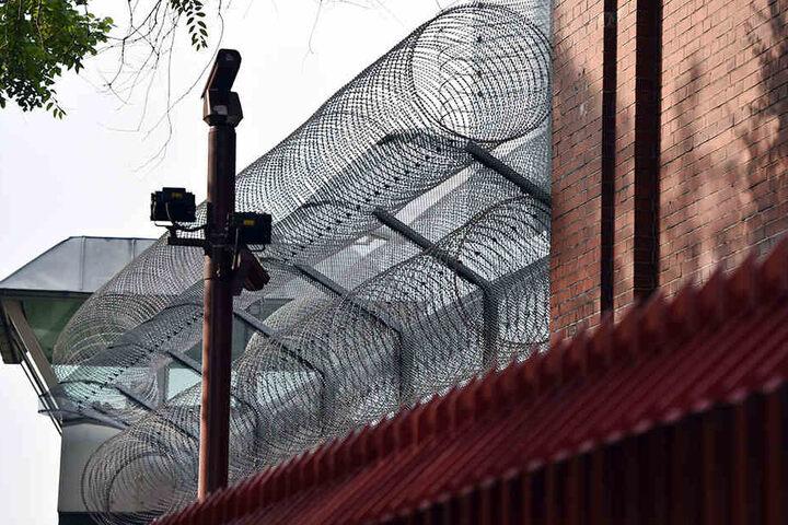 Meterhohe Mauern, Stacheldraht, Überwachungskameras und Wachtürme sollen die JVA eigentlich von innen und wie außen absichern.