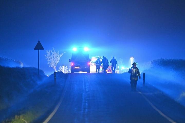 Rettungskräfte vor Ort sichern die Unfallstelle.