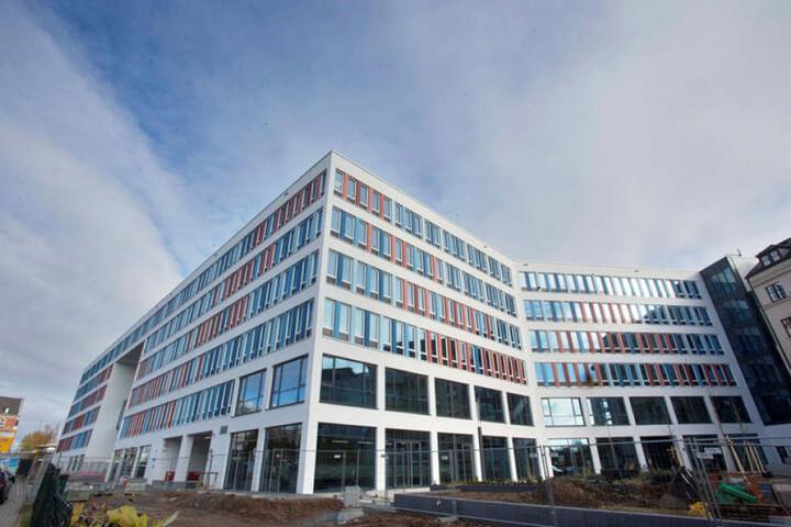 Außen ist das Neue Technische Rathaus fertig. Auch im Haus sind die Bauarbeiter am Werkeln. Am Sonnabend können Chemnitzer das Gebäude von innen besichtigen.