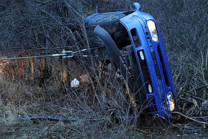 Der VW flog von der Autobahn und blieb an einem Wildzaun hängen.