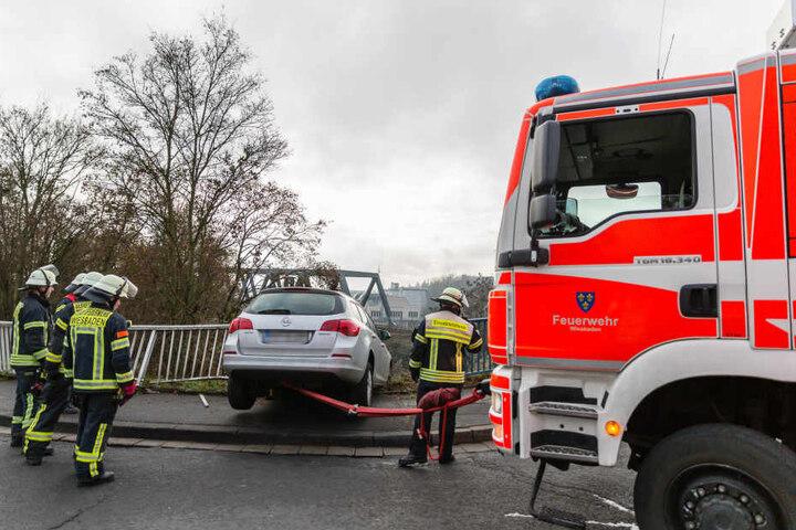 Die Feuerwehr konnte die Fahrerin unverletzt bergen und den Wagen vor dem Absturz bewahren.
