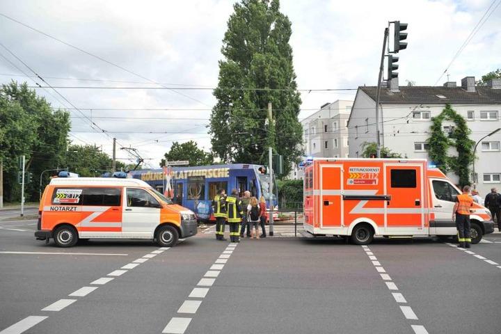 Durch den Unfall musste der Straßenbahnverkehr unterbrochen werden.