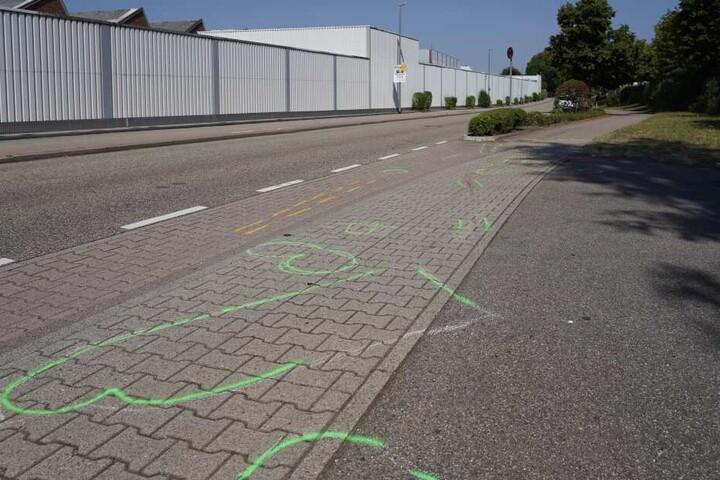 Der Fußgänger war auf dem Gehweg angefahren worden (Symbolbild).