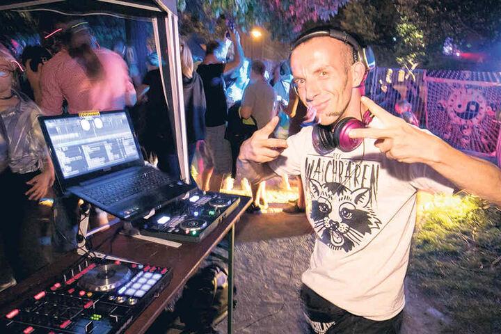 Für die Kopfhörerparty am Königsbrücker Platz mixte DJ Reno7P (36) die Musik  auf zwei Kanälen.