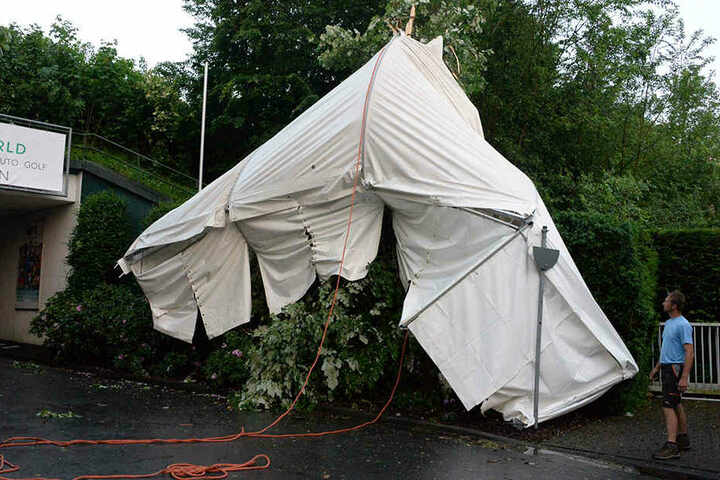 Ein Zelt flog durch die Luft und landete auf einem naheliegenden Baum.