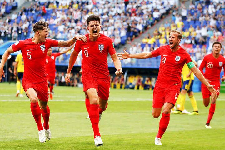 Englands Harry Maguire (Mitte), bei der EM 2016 noch als Fan auf der Tribüne, bejubelt sein Tor zum 1:0 mit den Teamkollegen John Stones (l.), Harry Kane (Zweiter von links) und Dele Alli (r.).