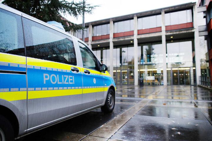 Ein Auto vor der Polizei in Bonn.