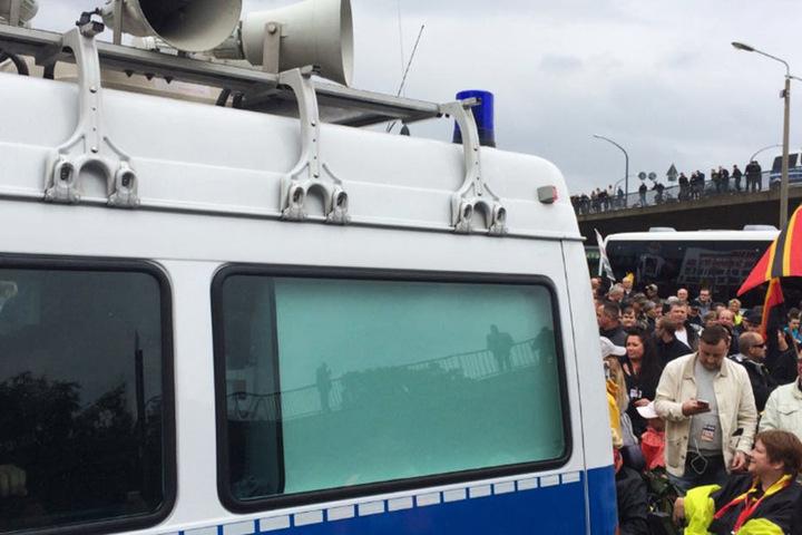 Montagnachmittag verlas der Polizist die Auflagen bei PEGIDA.