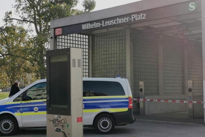 Vor der Haltestelle am Wilhelm-Leuschner-Platz hat sich die Polizei positioniert.