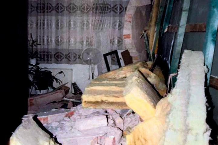 Das Sofa in der Nachbarwohnung ist unter den Wandtrümmern begraben.