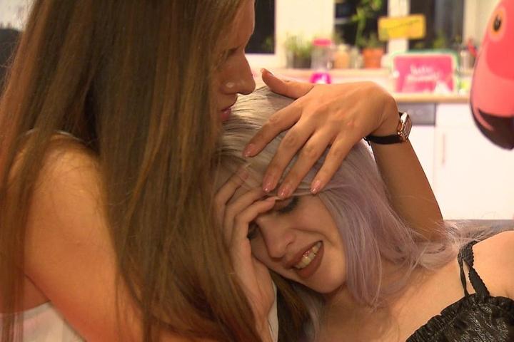 Gina (r.) heult sich bei Freundin Janette aus, da ihr vermeintlicher Freund Dennis in einem Club mit einer anderen Frau geflirtet hat.