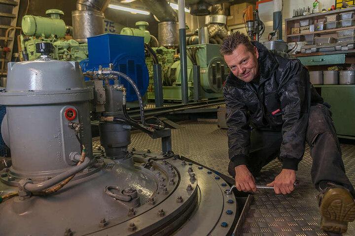 Werft-Arbeiter Falk Naumann zieht jede Schraube fest.