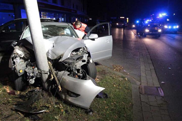 Die Irrfahrt des Mazda wurde durch ein Verkehrsschild gestoppt.