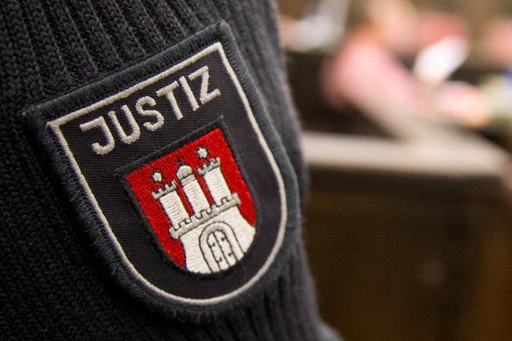Ein Justizbeamter steht vor Prozessbeginn im Gerichtssaal im Strafjustizgebäude in Hamburg.