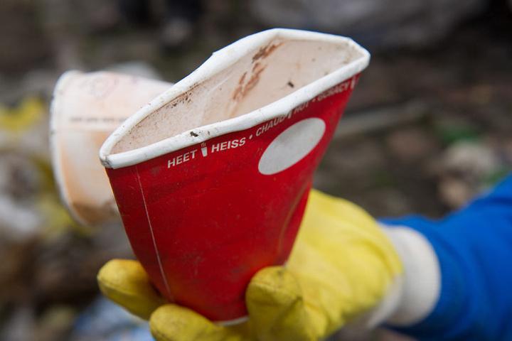 Die Wegwerfbecher für Kaffee landen tausendfach im Müll. Eine  Verschwendung.