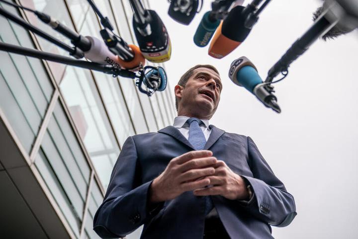 Mike Mohring (48, CDU) spricht in die Mikrofone.