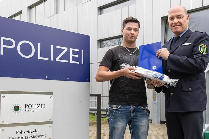 """""""Danke für ihr couragiertes Handeln!"""" Polizeirevierleiter Ralf Treuter (51) ehrt den """"Einbrecher-Jäger"""" Patrick Parsche."""