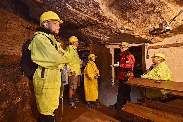 Bergwerksführer Siegfried Löhlein (68) gibt den Besuchern einen Einblick in die faszinierende Arbeitswelt unter Tage.