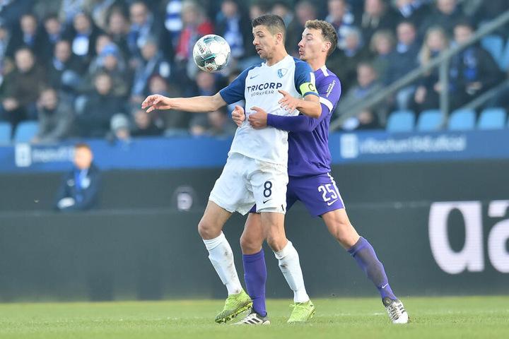 Dominik Wydra (r.) bearbeitet Bochums Anthony Losilla, dem später das 1:0 gelang.