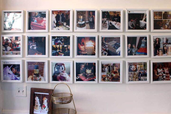 Fotos von Stars, die ein Kuchen-Kunstwerk der Düsseldorferin erhalten haben, hängen in ihrem Laden.