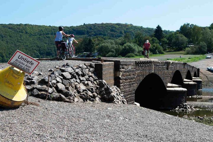 Die Aseler Brücke liegt normalerweise unter Wasser. Aktuell können Fußgänger sie problemlos überqueren.