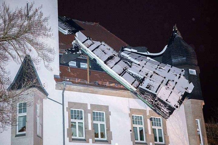 In Chemnitz wurden Teile eines Dachs von diesem Gebäude abgerissen.
