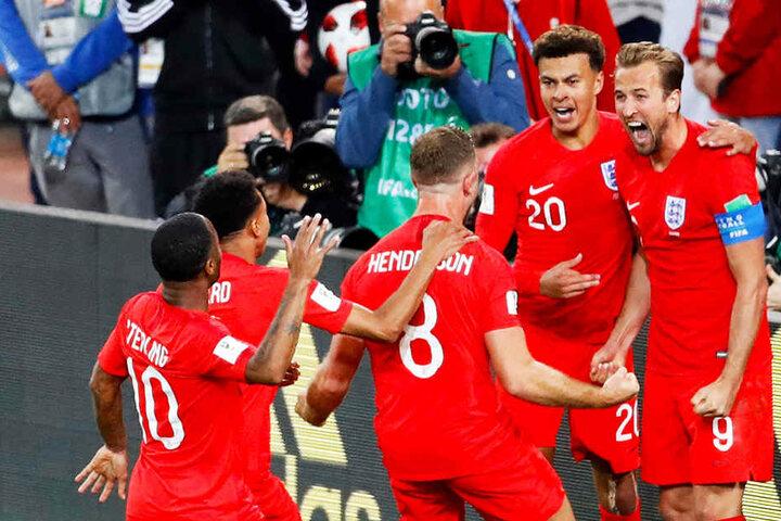 Die Engländer feiern ihren Torschützen zum 1:0: Harry Kane (r.).