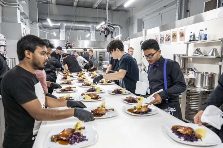 Höchstleistung auch in der Küche: 10 Köche und 26 Kellner sorgen für ein schmackhaftes Weihnachts-Menü mit Entenkeule und Co.